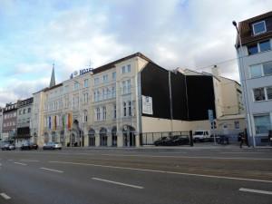 BLACK_WALL_Kunstobjekt_am_Baudenkmal_Handelshof_Foto_by_Ivo_Franz