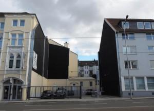 BLACK_WALL_Kunstobjekt_am_Baudenkmal_Handelshof_LUECKE_Foto_by_Ivo_Franz