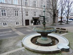 Bildhauer_Ernst_Rasche_Droeppelminna_vor_dem_Rathaus_der_Kunststadt_Muelheim_Foto_by_Ivo_Franz
