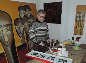 Der_Visual_Artist_J.H.Block_bei_Vorbereitungen_der_ASIEN-Wochen_in_der_Galerie_an_der_Ruhr_in_der_Kunststadt_Muelheim_Foto_by_Ivo_Franz