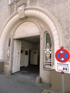 Kunst_am_Rosenmontag_vor_der_Galerie_an_der_Ruhr-Kunsthaus-Ruhrstr.3_in_der_Kunststadt_Muelheim_an_der_Ruhr_Foto_by_Ivo_Franz