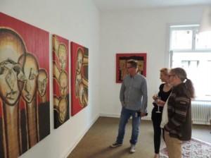 Juergen_H.Block-re-_mit_Besuchern_der_Fruehlingsausstellung_2014_in_der_Galerie-an-der-Ruhr_Foto_by_Ivo_Franz