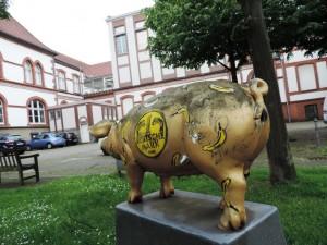 Rueckseite_des-Kunstmuseums_Muelheim_noch-nicht-restauriertes_Baumgaertel-Kunstwerk_Kunstobjekt_Nr.6_Schwein