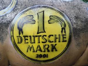 Rueckseite_des-Kunstmuseums_Muelheim_noch-nicht-restauriertes_Baumgaertel-Kunstwerk_Nr.6_Schwein_1DM-Ausschnitt