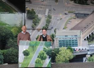 Fotograf der Arbeit Andreas Köhring zusammen mit Aliv Franz mit dem Teil der Großfotografie am Kaufhof Mülheim