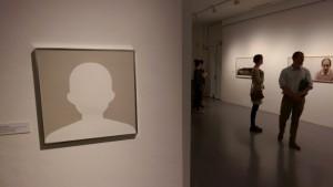 """""""Der Künstler ist anwesend"""" von Klaus Urbons in einer Ausstellung im Museum Mülheim."""