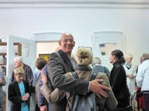 Die_Ausstellung_MIGRINT-2014_war_gut_besucht_Galerieleiter_Ivo_Franz_mit_Besuchern_Foto_Brigitte_Zipp-Galerie-an-der-Ruhr