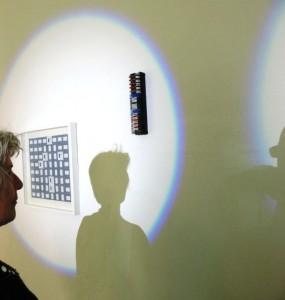 Gabriele_Klages_mit_Werken_beim_Offenen_Teleier_2014_im_Makroscope_Muelheim_Foto_Ivo_Franz