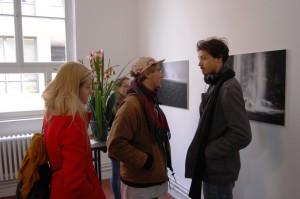 Junge_Kunstinteressierte_in_der_Galerie-an-der-Ruhr_bei_der_Ausstellung_des_Muelheimer_Fotografen_Frank_Oesterwind_Foto_by_Ivo_Franz