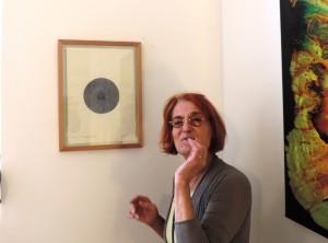 Kunstliebhaberin_mit_Werk_von_Helmut_Koch_in_der_Galerie_an-der-Ruhr_Foto_Ivo_Franz
