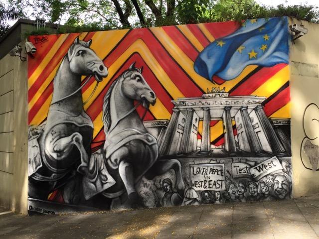 Der argentinische Muralist Alfredo Segatori verewigt sich an der Mauer der Deutschen Botschaft in Buenos Aires
