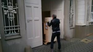 Anlieferung_Kunstwerke_von_SalvatoreFilia_in_der_Galerie_an_der_Ruhr_Foto_by_Ivo_Franz