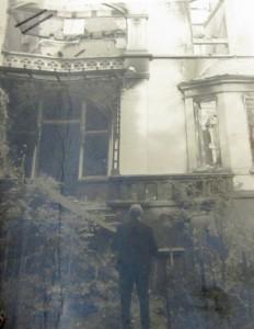 Carl_Nedelmann_vor_seiner_zerbombten_Villa_an_der_Delle_50_in_der_Kunststadt_Muelheim_an_der_Ruhr
