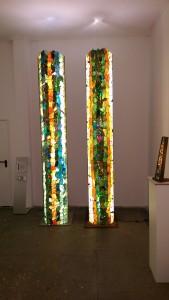 """""""Friedliche Koexistenz"""" ist der Titel der großen Pylonen von Doc Davids in der Dezemberausstellung der Galerie an der Ruhr in der Ruhrstr, 3 in der Kunststadt Mülheim"""