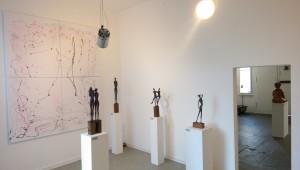 Ausstellung_Katharina_Joos_Skulpturen_vor_einem_Bild_von_Aliv_Franz_in_der_Galerie-an-der-Ruhr_in_der_Kunststadt_Muelheim_an_der_Ruhr_Ruhrstr.3