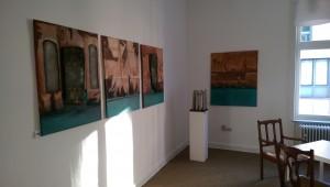 Ausstellung_Katharina_Joos_Skulpturen_vor_werken_von_Juergen-Heinrich_Block_in_der_Galerie-an-der-Ruhr_in_der_Kunststadt_Muelheim