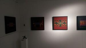 Ausstellung_Katharina_Joos_Skulpturen_vor_werken_von_Salvatore_Filia_aus_Sardinien_in_der_Galerie-an-der-Ruhr_in_der_Kunststadt_Muelheim