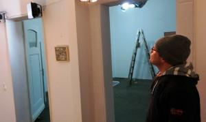 Peter_Helmke_beim_Aufbau_der_Ausstellung_Befestigte_Beziehungen_in_der_Galerie-an-der-Ruhr_Kunststadt_Muelheim_Foto_by_Ivo_Franz