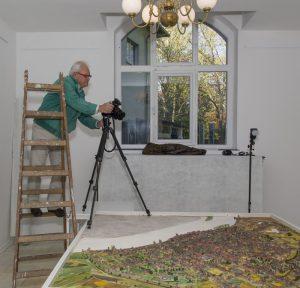 Bernd_Pischtat_bei_Fotoshooting_Stadtmodell_von_Theo_Giesen_in_der_Galerie-an-der-Ruhr