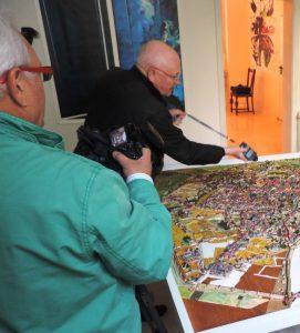 Mit dabei sind die Fotografen Bernd Pirschtat (li.) und Jürgen Brinkmann, hier bei Aufnahmen des Stadtmodells von Köln in der Galerie an der Ruhr in der Ruhrstr. 3