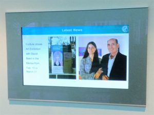 Display im Eingang des MPI Max-Planck-Institut Mülheim David Beeri und seine Tochter