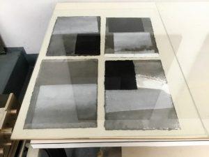 Arbeiten auf Büttenpapier von Martin Goppelsröder (Foto: Ivo Franz, Galerie an der Ruhr)