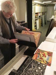 Martin Goppelsröder zeigt beim Atelierrundgang seine frühen Arbeiten (Foto: Ivo Franz)