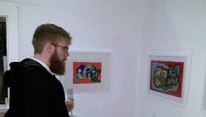 Marvin Hoffmann beim Betrachten von Arbeiten von Alejandro Scasso in der Essener Galerie.456
