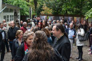 Der Galeriehof in der Ruhranlage der Stadt Mülheim bei einer Vernissage im Pollock-Jahr 2017