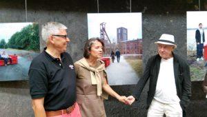 """Horst Wackerbarth (re.) vor seiner Fotografie auf der Zeche Zollverein für die """"Gallery of Mankind"""" zusammen mit Dr. Beate Kummer und Christoph Dänzer-Vanotti, die er seinerzeit dort fotografiert hatte"""