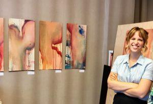 Fühlt sich wohl in ihrer Haut: Britta Lohmann, Kunststudentin an der Uni Duisburg-Essen in ihrer Ausstellung im Kunstort Oberstr. 27 in Mülheim an der Ruhr