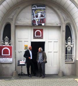 Krausekrause (re,) mit Galerieleiter Ivo Franz vor dem Eingangsportal in der Ruhrstr, 3 in der Kunststadt Mülheim
