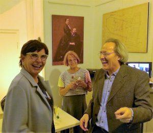 Krausekrause mit der Leiterin des Kunstmuseums Mülheim Dr. Beate Reese in der Galerie an der Ruhr, hinten Monika Kappelmeyer