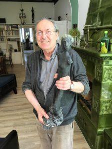 Krausekrause mit einer seiner Skulpturen, er hat als Meisterschüler von Clemens Pasch an der Kunstakademie Düssedorf studiert.