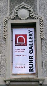 """Banner, gestaltet von Klaus Wiesel am """"Kunsthaus Mülheim Ruhrstraße"""""""