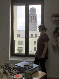 Blick auf Rathausturm mit Uhr aus dem Atelier von Ruth Kretzmann in Mülheim