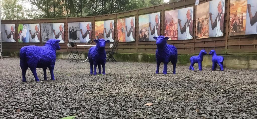 Blaue Schafe im Galeriehof des KuMuMü an der Ruhrstraße 3 gesichtet