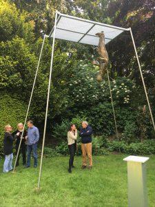 KRAUSEKRAUSE-Skulptur in der Stadt Mülheim - Ruhranlage in der Bildmitte der Künstler im Gespräch (ganz links: Almut Hestermann)