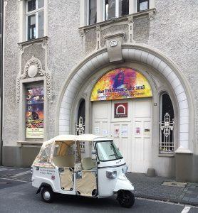 Kunst-Shuttle vor dem Portal zum privaten KUMUMÜ Kunstmuseum Mülheim an der Ruhrstraße 3 mit der RUHR GALLERY - hier liegt im Galeriehof zur Ruhranlage das Amt für weiterbildende Fantasie