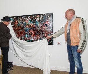 Enthüllung des Kunstwerks - durch Hans Arts (re.) und Leiter des Mülheimer Künstlerbundes Ivo Franz