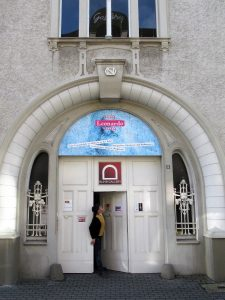 Eingangsportal des Mülheimer Kunstmuseum an der Ruhrstraße 3 - mit dem offiziellen Plakat zur Ganzjahres - Ausstellung 2019